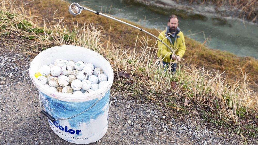 Muni d'un outil spécifique, David Perinetto, de la société des pêcheurs de Sion, a sorti plus d'une centaine de balles de golf du Canal de Vissigen.