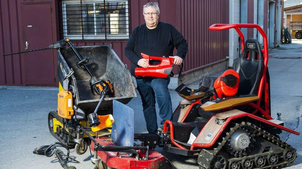 Harald Glenz, le fameux atomiseur électrique en main, pose avec les différentes machines électriques que ValNaturePro met à disposition des vignerons afin qu'ils puissent les tester.