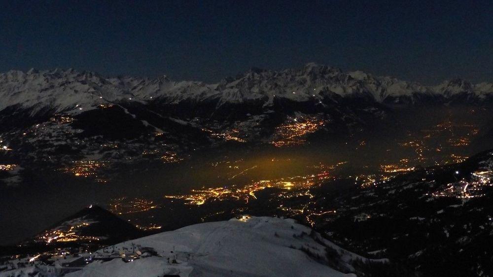 Vue de Bellalui, ce cliché révèle l'intensité de l'éclairage nocturne sur le Valais central.
