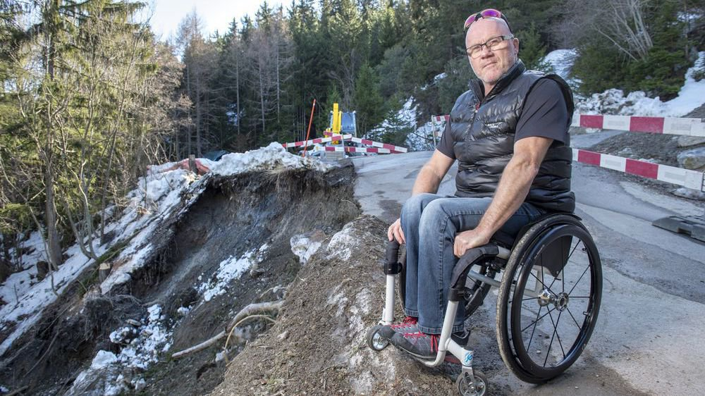 Aux Mayens de Conthey, la saison est terminée. Régis Dessimoz, président du téléski constate les dégâts survenus vendredi sur la route d'accès.