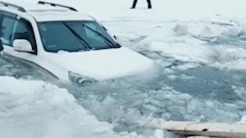 Chine: la glace d'un lac artificiel se brise et la voiture d'un couple tombe à l'eau