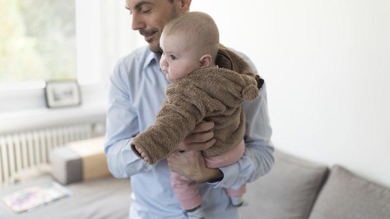 Le compromis sur le congé paternité qui propose deux semaines de congé divise. (illustration)