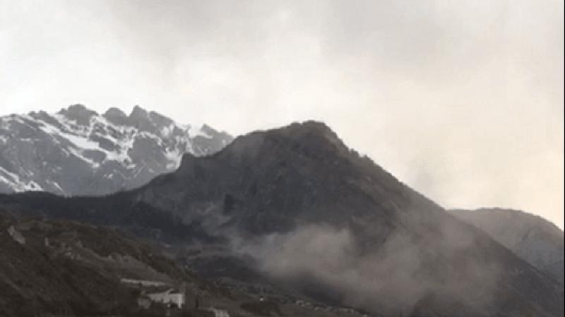 Le nuage de poussière provoqué par la chute de pierres était visible depuis la plaine.