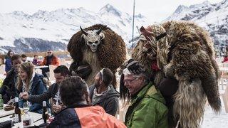 Evolène: quand les peluches du Carnaval débarquent sur les pistes de ski