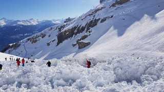 Avalanche de Crans-Montana: après le sauvetage de quatre blessés, les recherches se poursuivent