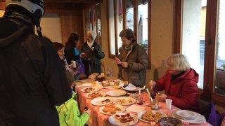 Des grands-mamans de Vercorin préparent des tartines pour les vacanciers