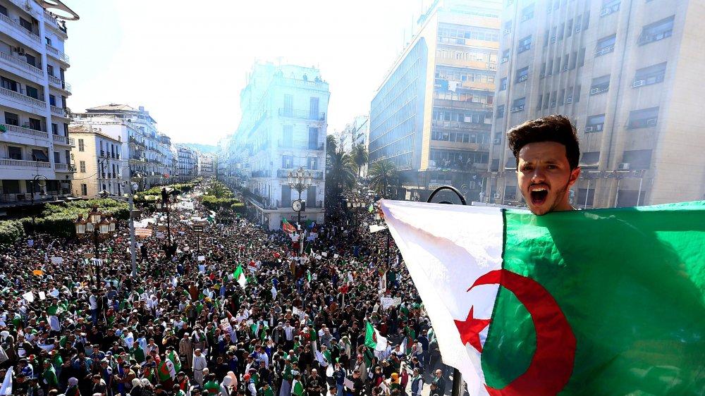 Une foule immense défile contre le régime