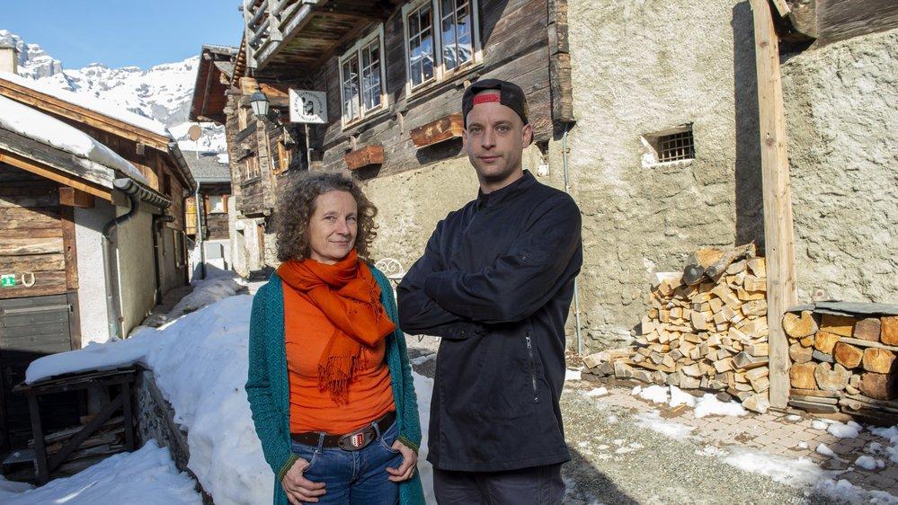 Hannelore Tsokhim-Bumann et son fils, Roger Haudenschild, devant leur établissement situé en plein coeur d'Albinen.