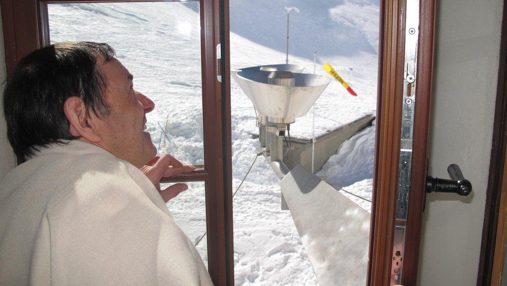 Trois fois par jour, Frédéric Gaillard observe l'évolution de la météo depuis divers endroits de l'hospice, comme ici à la hauteur de la station pluviométrique.