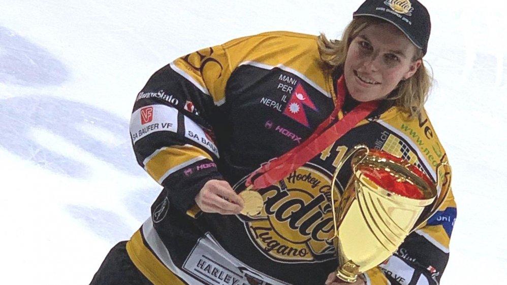 Jade Dubi soulève son premier trophée après la perte de la Coupe de Suisse, en début d'année.