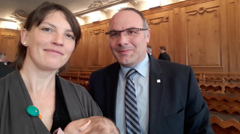 Les deux demi-journées se sont déroulées sans problème, la députée sortant à quelques occasions pour s'occuper plus particulièrement de son enfant.