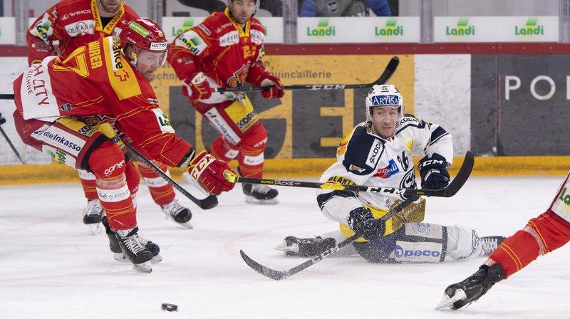 Les Biennois, ici Marco Maurer, à gauche, ont un patin et demi en demi-finale des play-off de la National League.