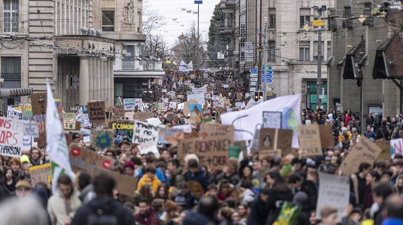 Climat: des dizaines de milliers de jeunes manifestent dans les rues de toute la Suisse