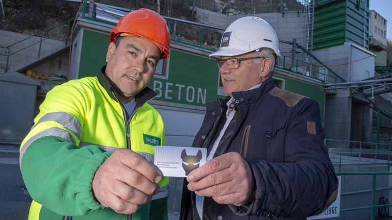 La lutte contre le travail illégal en Valais s'étend aux ouvriers temporaires. Des badges électroniques ont été distribués mercredi matin.
