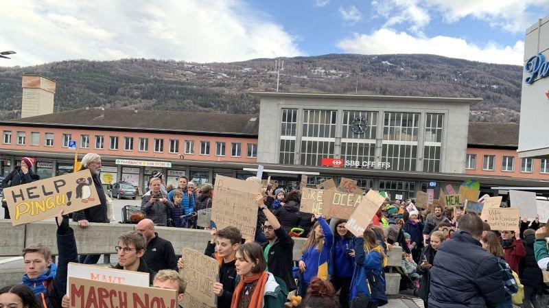 Mille deux cents personnes défilent à Sion pour le climat