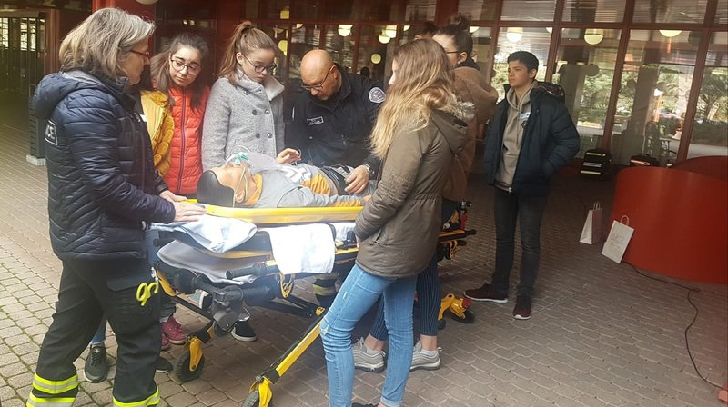 Les ambulanciers montrent aux élèves comment se passe la prise en charge d'un patient en situation d'urgence.