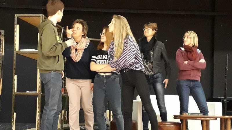 Les jeunes et les adultes présentent deux comédies.