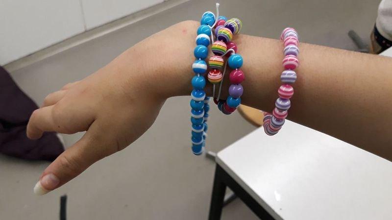Les enfants peuvent confectionner des bracelets ou d'autres objets utilitaires.