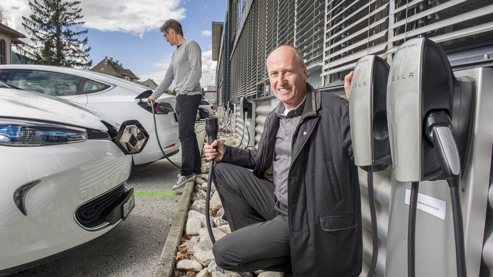 Le Techno-Pôle de Sierre a inauguré ce lundi la mise en service de seize bornes de recharge dédiées aux voitures électriques. Président du conseil d'administration de Techno-Pôle Sierre SA, Laurent Salamin indique qu'il s'agit du plus grand site de recharge pour véhicules électriques sur un lieu de travail, en Suisse.