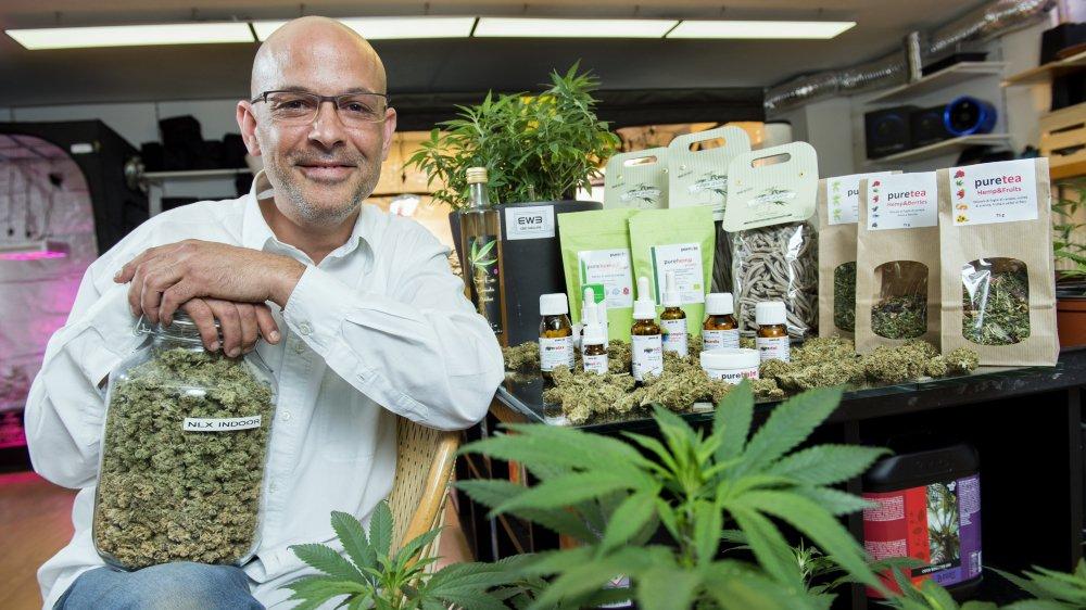 Dans son magasin BWB à Monthey, Jean-Paul Weber propose des articles à base de cannabis légal (pâtes, huiles, baume, gel douche, etc.).