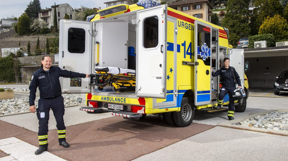 Les ambulanciers Thomaz Melly et Sabrina Solioz nous présentent leurs équipements.