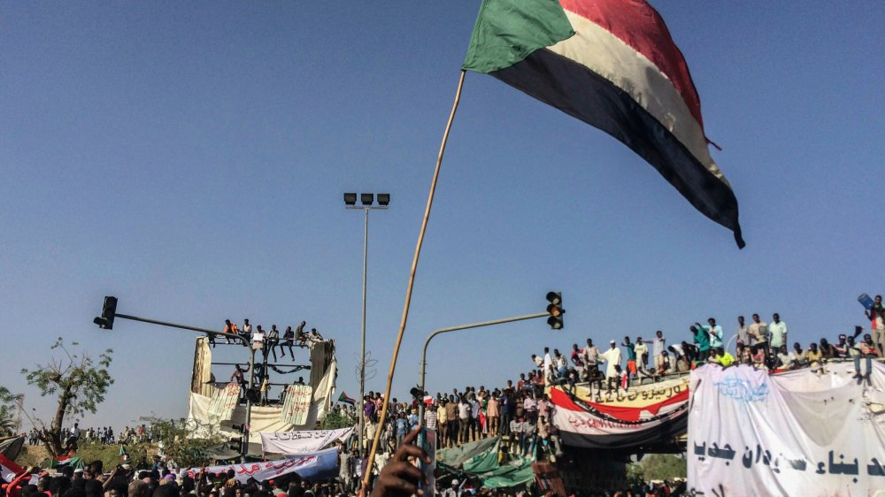 Les manifestants réclament de transférer immédiatement le pouvoir  à un gouvernement civil de transition.