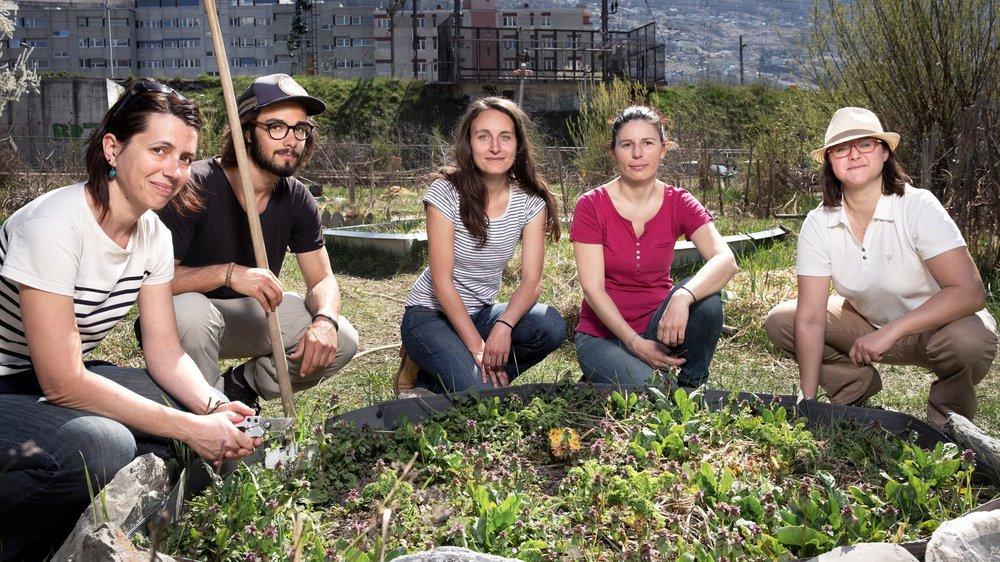Emilie, Félix, Laura, Nathalie et Bénédicte se réjouissent d'entamer la saison au jardin partagé de Sion.