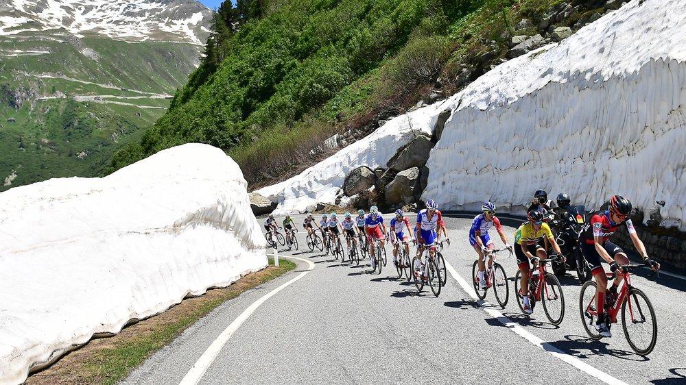Le peloton du Tour de Suisse s'étire sur la route de la Furka lors de la sixième étape de l'édition 2018.