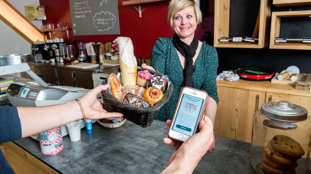 Too Good To Go, l'application anti-gaspillage, s'implante doucement en Valais. Ici, Natacha Lathion, gérante de la boulangerie La Baguette magique à Haute-Nendaz.