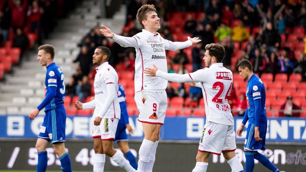 Roberts Uldrikis, félicité par Bastien Toma, jubile après avoir marqué le deuxième but du FC Sion contre le FC Lucerne, sa troisième réussite de la saison.