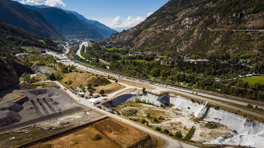 L'ancienne décharge contient environ 1,5 million de mètres cubes de résidus de production chimique de l'entreprise Lonza, déposés entre 1918 et 1978.