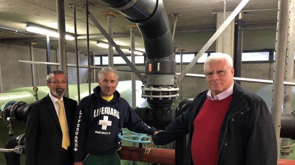 Le municipal Daniel Moulin, le chef d'exploitation Louis Breton et le président de l'association Charly Orlando (de gauche à droite) posent dans le local technique de la piscine datant de 1968.