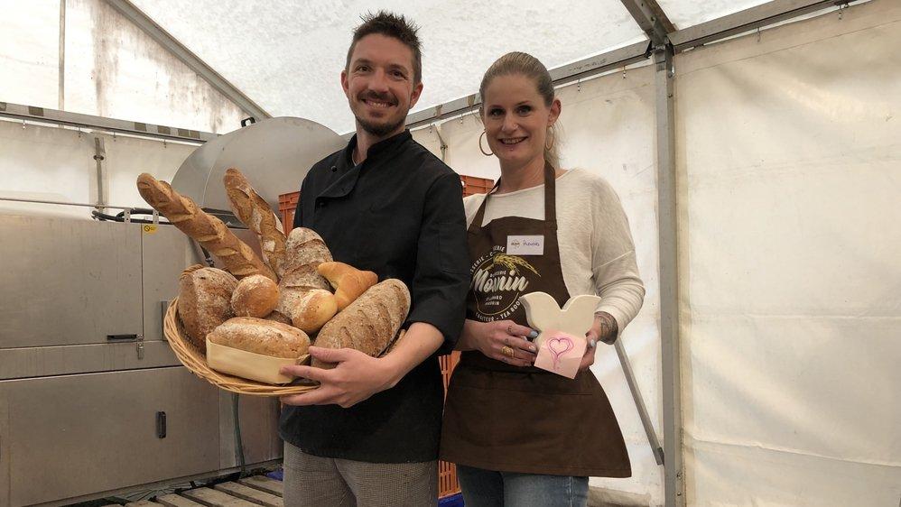 Chaque soir, Jérôme Monnin et son épouse Anouchka mettent leur pain invendu du jour à disposition des petits budgets, dans la tente située juste derrière leur boulangerie. «Il n'y a aucun contrôle de notre part. Nous avons simplement mis une tirelire à côté du panier, au cas où les gens souhaitent nous laisser un petit montant.»