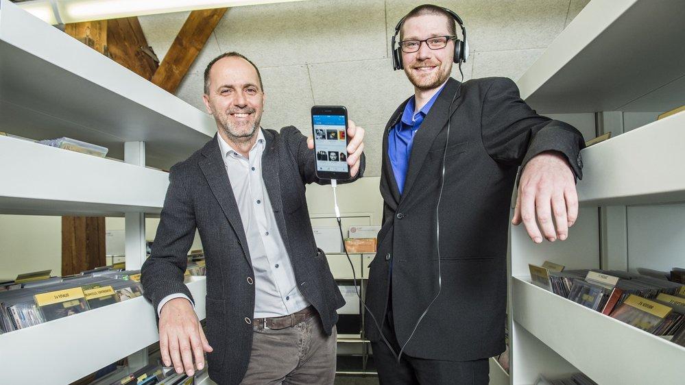 Le service gratuit de streaming et de téléchargement de musique proposé par la Médiathèque– ici le directeur Damian Elsig et le bibliothécaire Matthieu Putallaz – est une première en Suisse romande.
