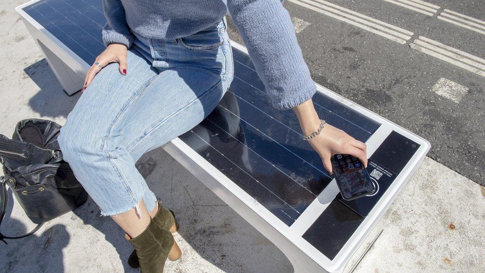 Le banc high-tech permet notamment de charger son portable sans fil grâce au couvercle en verre acrylique.