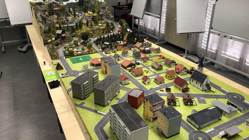 La maquette mesure 12 mètres carrés et reproduit fidèlement une ville ainsi qu'une zone de montagne.