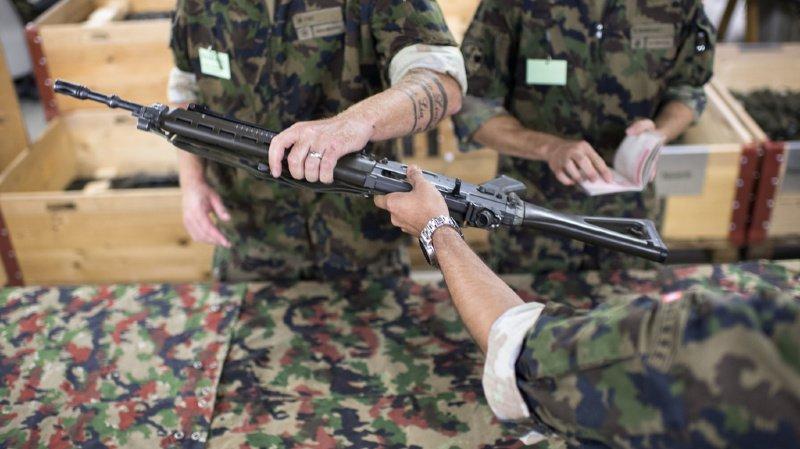 Les soldats sont toujours moins nombreux à ramener leur fusil à domicile.