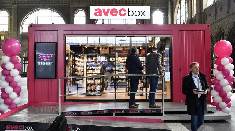 """La première """"avec box"""" trône dans le hall central de la gare de Zürich."""