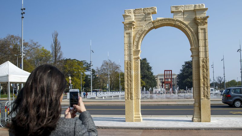La réplique de l'arc de triomphe de Palmyre a été montée sur la place des Nations comme un symbole.