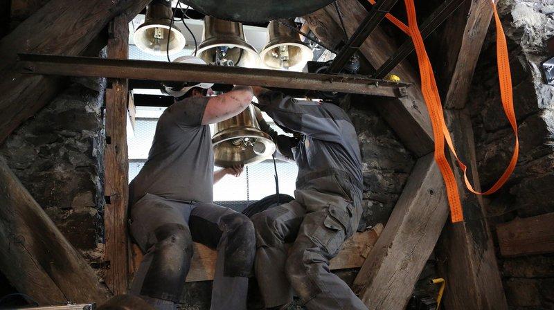 Les douze cloches ont été installées dans le clocher de l'église.