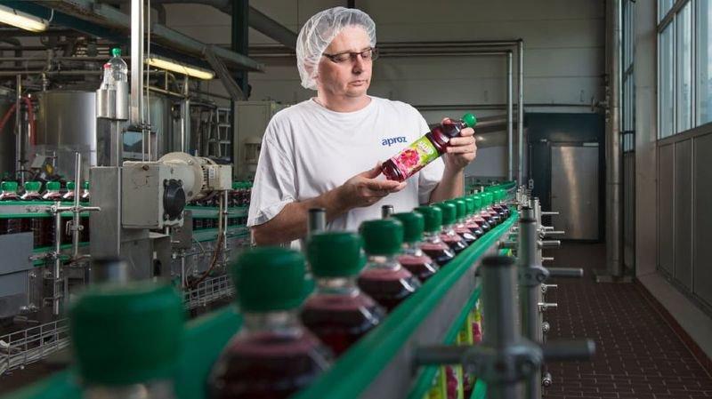 Dorénavant, les bouteilles de sirop produites par Aproz Sources minérales SA sont en PET 100% recyclé.