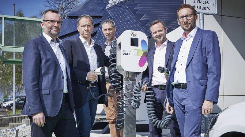 Le label VALT permettra aux propriétaires de véhicules électriques d'avoir accès à plus de cent bornes de recharge réparties entre Salquenen et Monthey. De gauche à droite: Philippe Délèze (SEICTélédis), Joël Di Natale (ALTIS), Samuel Claret (SED2), François Fellay (esrsiesa) et Olivier Studer (SI Fully).