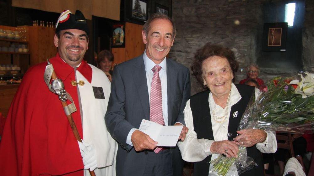 Evelyne Garnier-Dubois, le jour de ses cent ans, en présence de l'ex-conseiller d'Etat Claude Roch