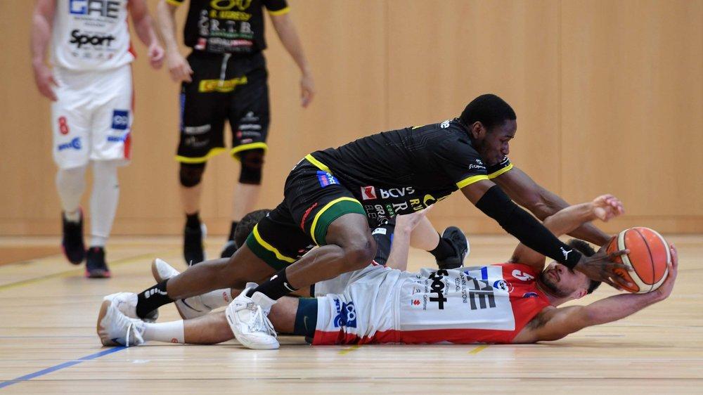 Boris Mbala lutte avec Martino Alexander. Monthey est passé à côté de son sujet.