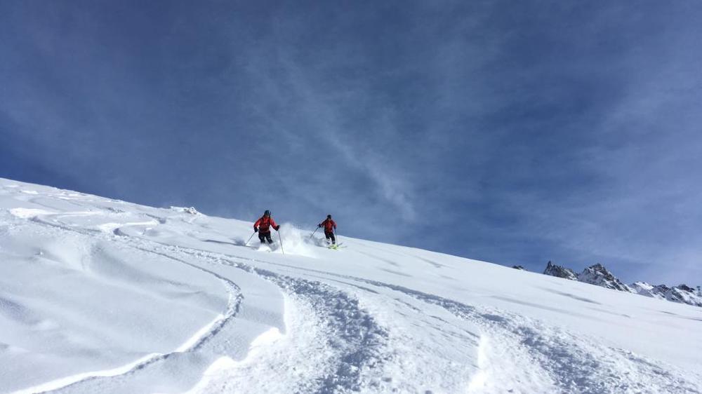 Les professeurs de ski pourront emmener des clients en hors-piste dans des pentes jusqu'à 44 degrés de déclivité. Un point contre lequel l'Association valaisanne des guides s'est battue.