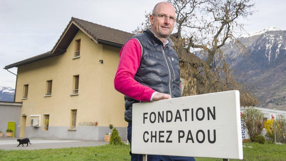 Jean-Yves Raymond devant le foyer de Saxon qui peut héberger quinze personnes se retrouvant sans toit.