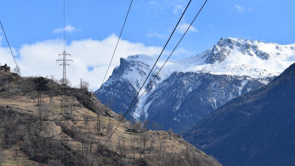 Le projet de 120 pylônes prévoit le démontage de 141 mâts de tension inférieure.