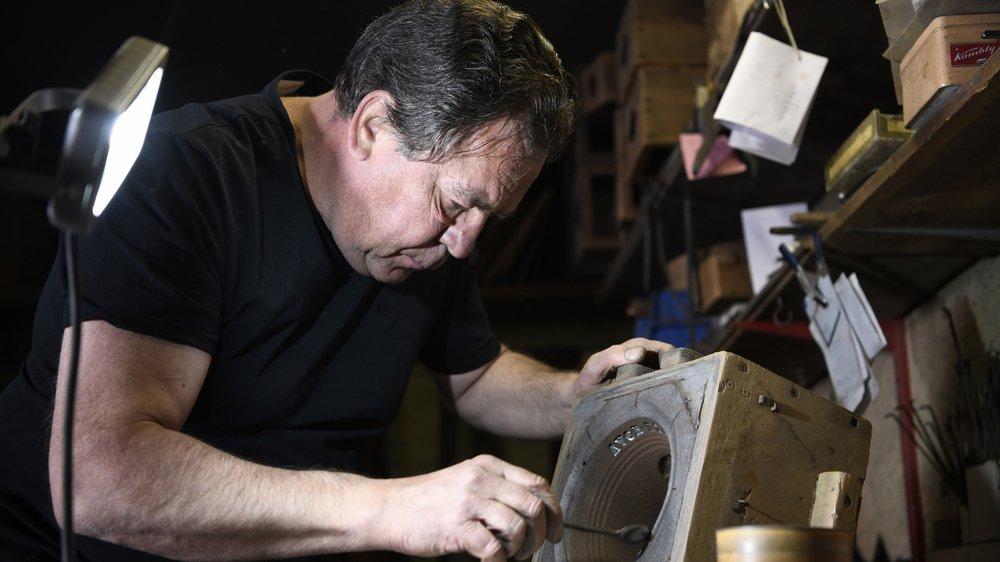 Hugues Perrin crée environ 200 cloches artisanales par année.