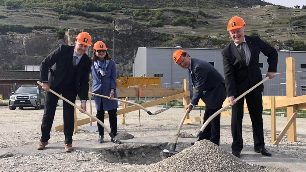 La construction du futur siège de Gotec SA a été lancée mardi soir à Mangold. De g. à d.: Frédéric Dayer, directeur, Marion Eckerle-Rixhon et Michael Eckerle, actionnaires, et Claude-Alain Bétrisey, président de St-Léonard.