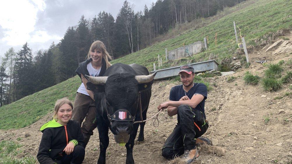 Mia, la petite voisine, prête souvent main-forte à Mélissa Uttinger et Loïc Bérod pour prendre soin de Cherkane, la championne de la région des Dents du Midi.